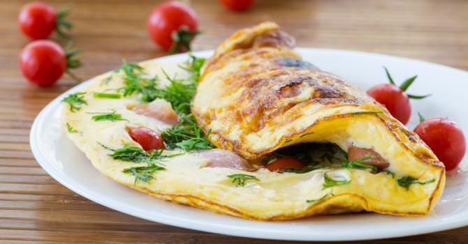 Recette Prise de poids riche en protéine : Omelette reconstituante feta, tomates cerise et persil
