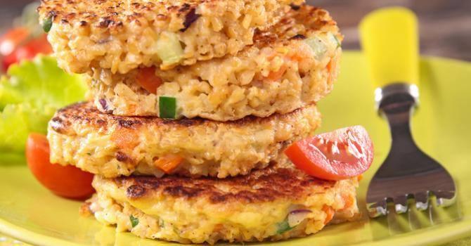 Recette riche en protéines : Galette au quinoa, lentilles corail et sésame.